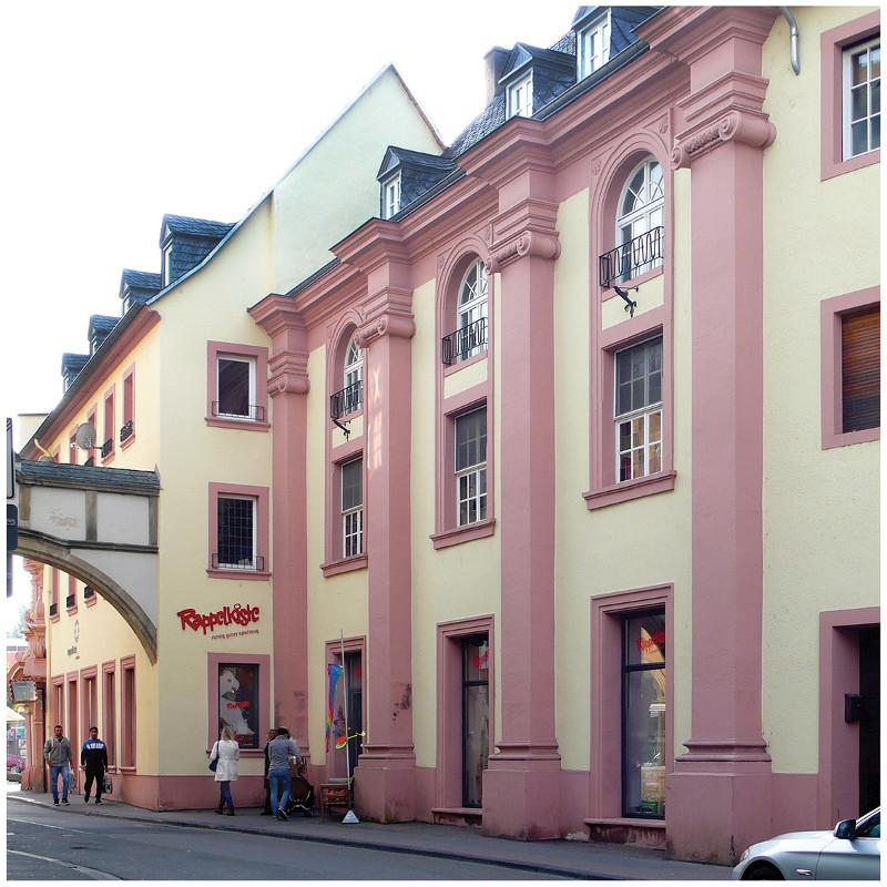 Das Langhaus St. Afra. Die drei großformatige Rundbogenfenster der Klosterkirche verrraten noch heute die ursprüngliche Nutzung des Gebäudes. Seit dem Mittelalter und auch zur Bauzeit im 18. Jahrhundert war es üblich, dass Kirchen keine freistehenden Gebäude waren, sondern in die Straßenarchitektur eingefügt wurden. Fotos: Bettina Leuchtenberg