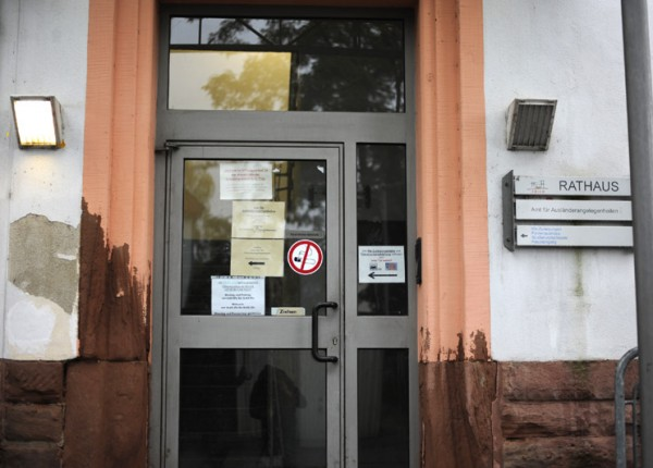 Am wenig einladenden Eingangsbereich des Amtes für Ausländerangelegenheiten in der Thyrsusstraße dürften sich noch die wenigsten Kunden stören. Foto: Marco Piecuch