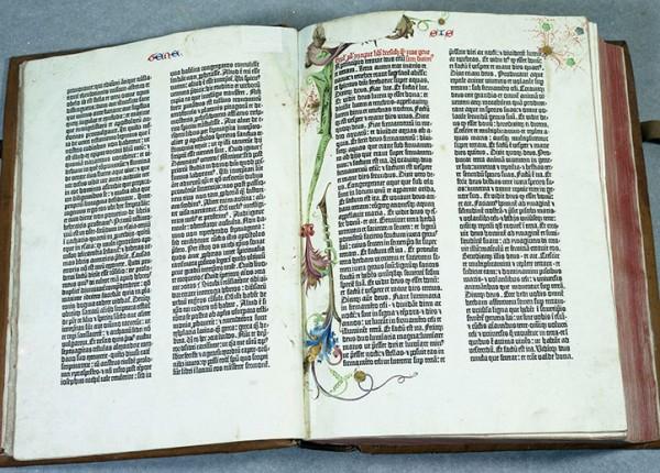 Einer der Schätze der Stadtbibliothek: eine Gutenberg-Bibel. Foto: Stadtbibliothek/Stadtarchiv Trier