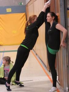 Die Trainerin Sabine Herschler hilft beim Dehnen. Foto: Hermann Backes