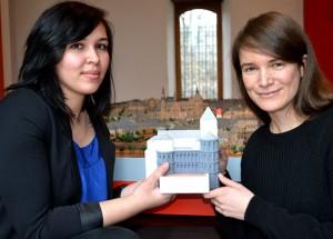 Die Studentin Leila Abdalla und die Kunsthistorikerin Alexandra Orth präsentieren ein Modell der Porta Nigra aus jener Zeit, als das Stadttor als Kirche diente. Fotos: Marcus Stölb
