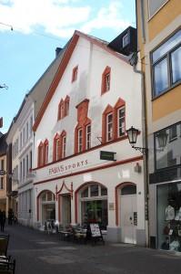 Als gotisches Bürgerhaus ist das ehemalige Zunftshaus ein besonderes Gebäude in der Palaststraße, die im Zweiten Weltkrieg so einige historische Bauwerke verloren hat. Es steht schräg in der Straßenflucht und ist am besten zu betrachten, wenn man die Straße vom Hauptmarkt aus kommend entlangläuft. Foto: Bettina Leuchtenberg
